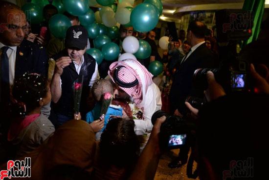 تركى آل الشيخ وعمرو دياب وهنيدى وحماقى يزورون مستشفى 57357 (16)