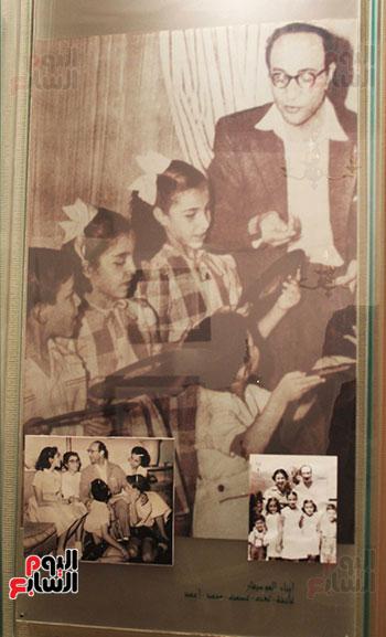 عبد-الوهاب-مع-ابناءه-الخمسة-وزوجته-الأولى-إقبال-نصار