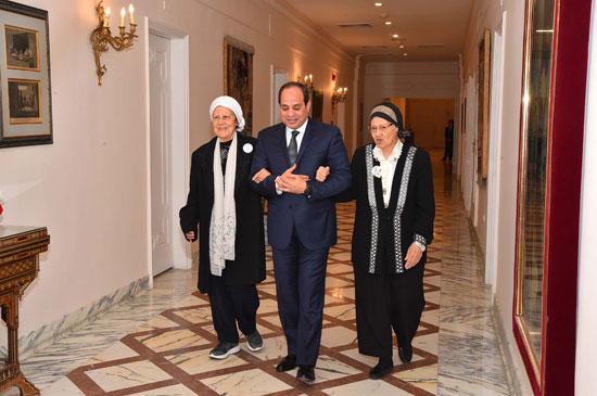 السيسى يستقبل سيدتين تبرعتا لـتحيا مصر (9)