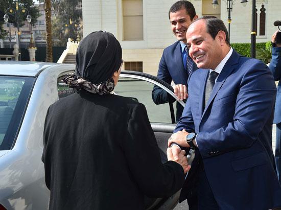 السيسى يستقبل سيدتين تبرعتا لـتحيا مصر (17)