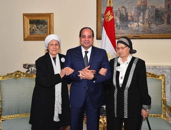 السيسى يستقبل سيدتين تبرعتا لـتحيا مصر (8)