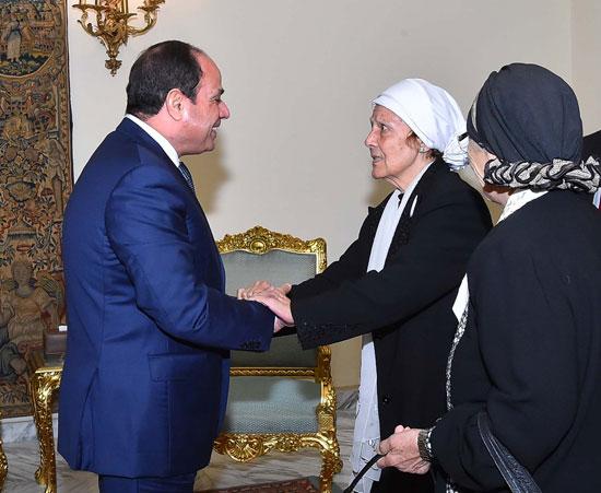 السيسى يستقبل سيدتين تبرعتا لـتحيا مصر (1)