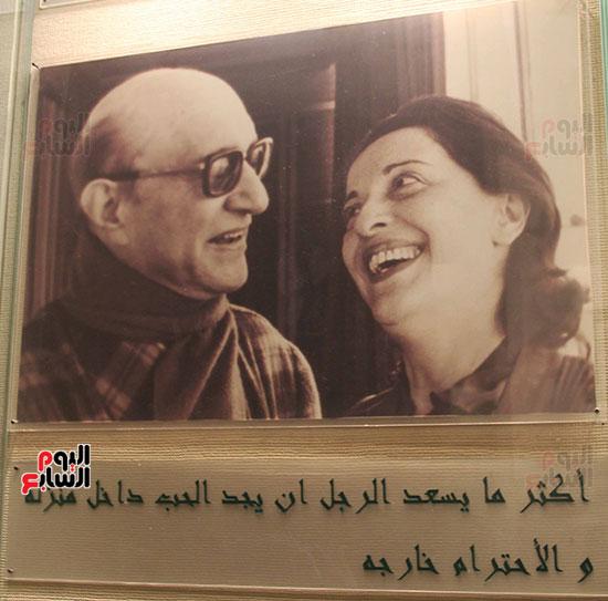صورة-نادرة-له-مع-زوجته-السيدة-نهلة-القدسى-وتحتها-أشهر-عباراته-التى-اهدها-لها