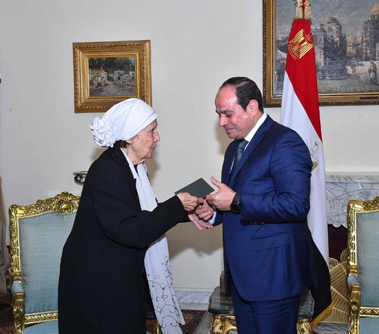 السيسى يستقبل سيدتين تبرعتا لـتحيا مصر (5)