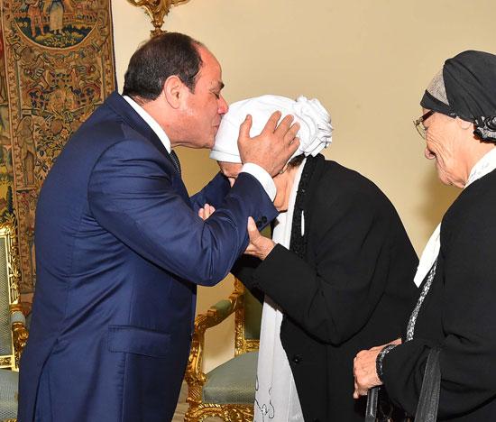 السيسى يستقبل سيدتين تبرعتا لـتحيا مصر (2)