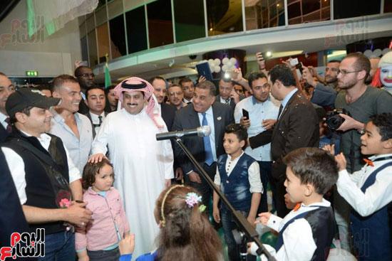 تركى آل الشيخ وعمرو دياب وهنيدى وحماقى يزورون مستشفى 57357 (17)