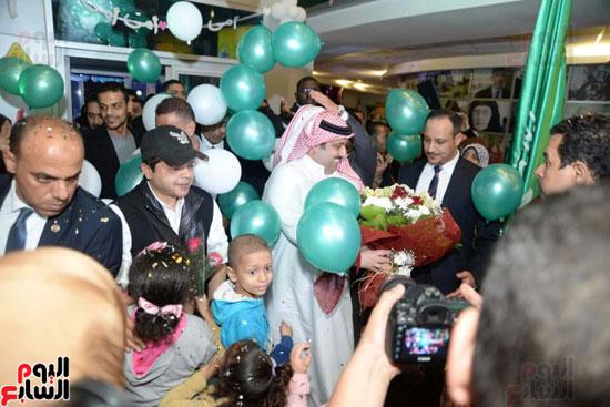 تركى آل الشيخ وعمرو دياب وهنيدى وحماقى يزورون مستشفى 57357 (1)