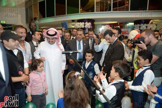تركى آل الشيخ وعمرو دياب وهنيدى وحماقى يزورون مستشفى 57357 (8)