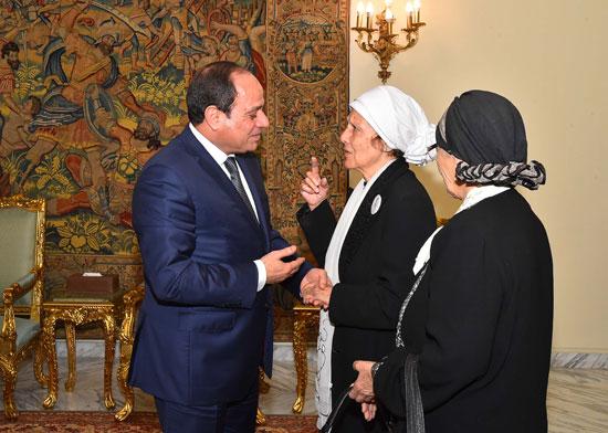 السيسى يستقبل سيدتين تبرعتا لـتحيا مصر (3)