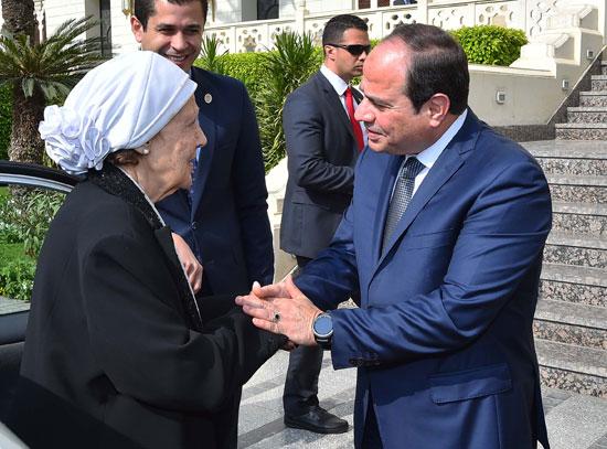 السيسى يستقبل سيدتين تبرعتا لـتحيا مصر (16)