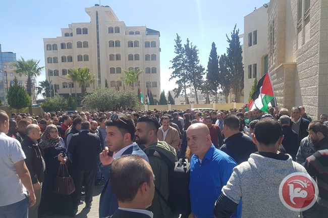 فلسطينيون يحتشدون أمام مقر مجلس الوزراء الفلسطينى