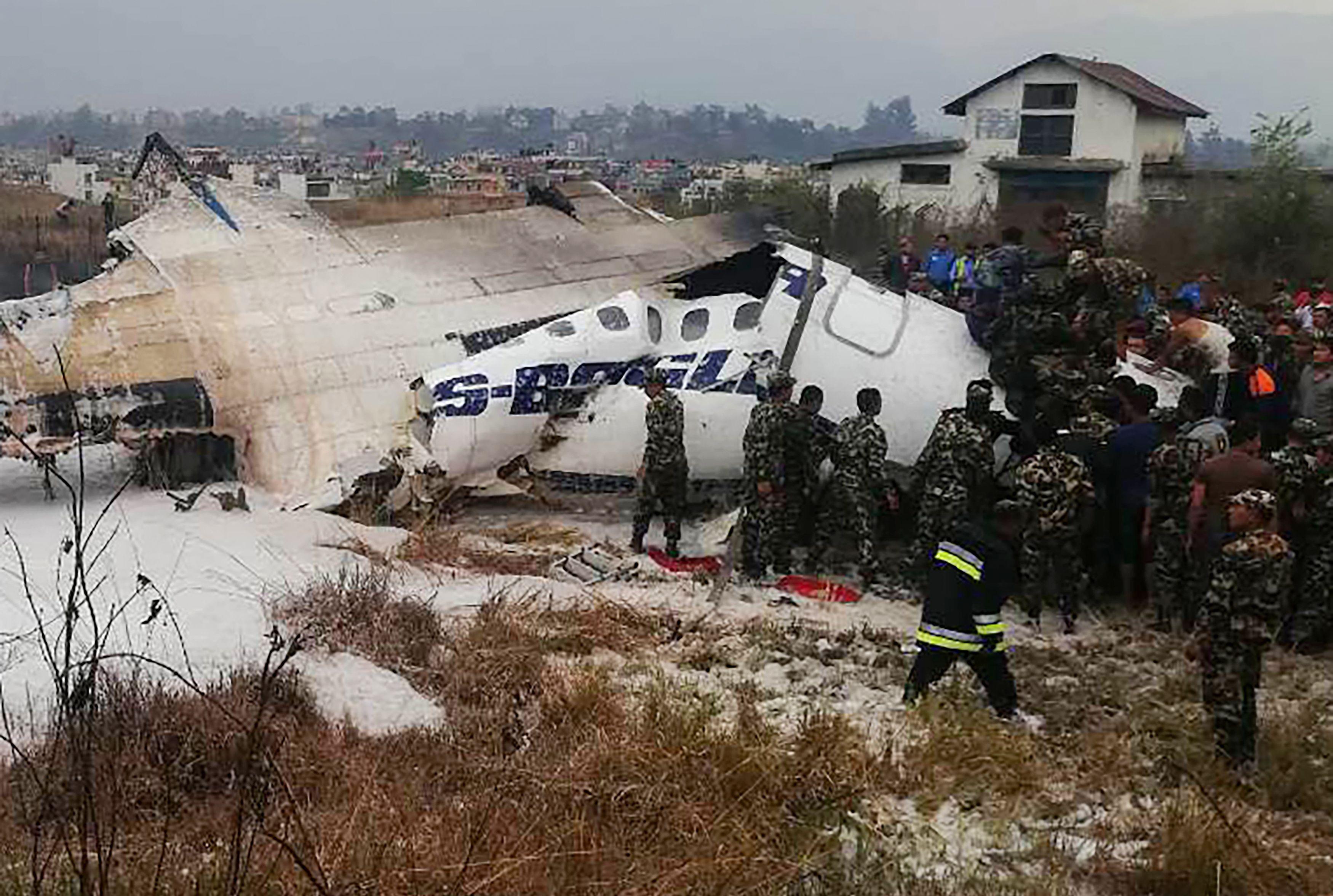 انتشار قوات الانقاذ بموقع تحطم الطائرة