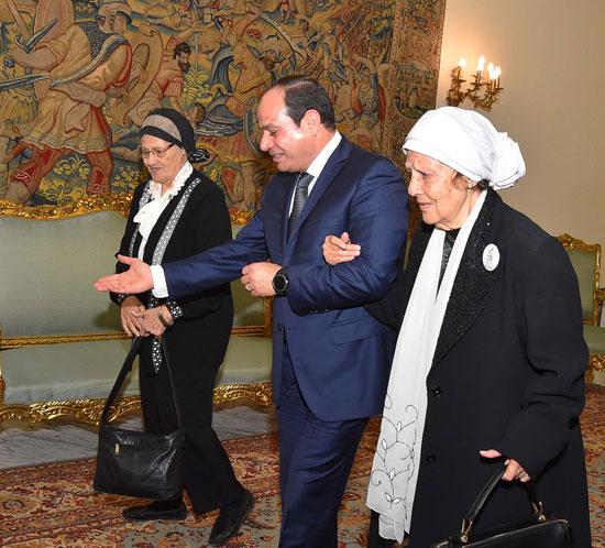 السيسى يستقبل سيدتين تبرعتا لـتحيا مصر (4)