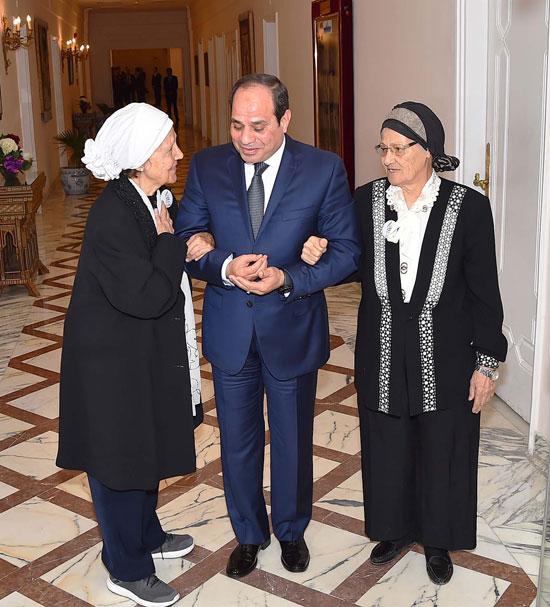السيسى يستقبل سيدتين تبرعتا لـتحيا مصر (10)