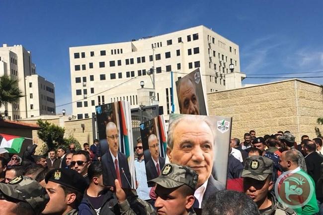 فلسطينيون يرفعون صور رئيس الوزراء عقب محاولة اغتياله