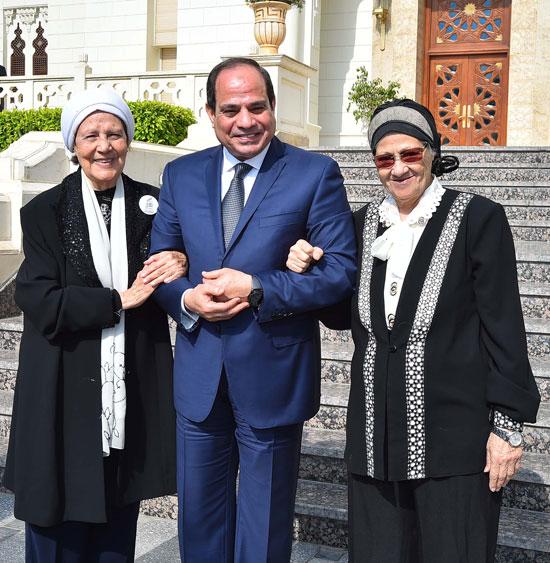 السيسى يستقبل سيدتين تبرعتا لـتحيا مصر (14)