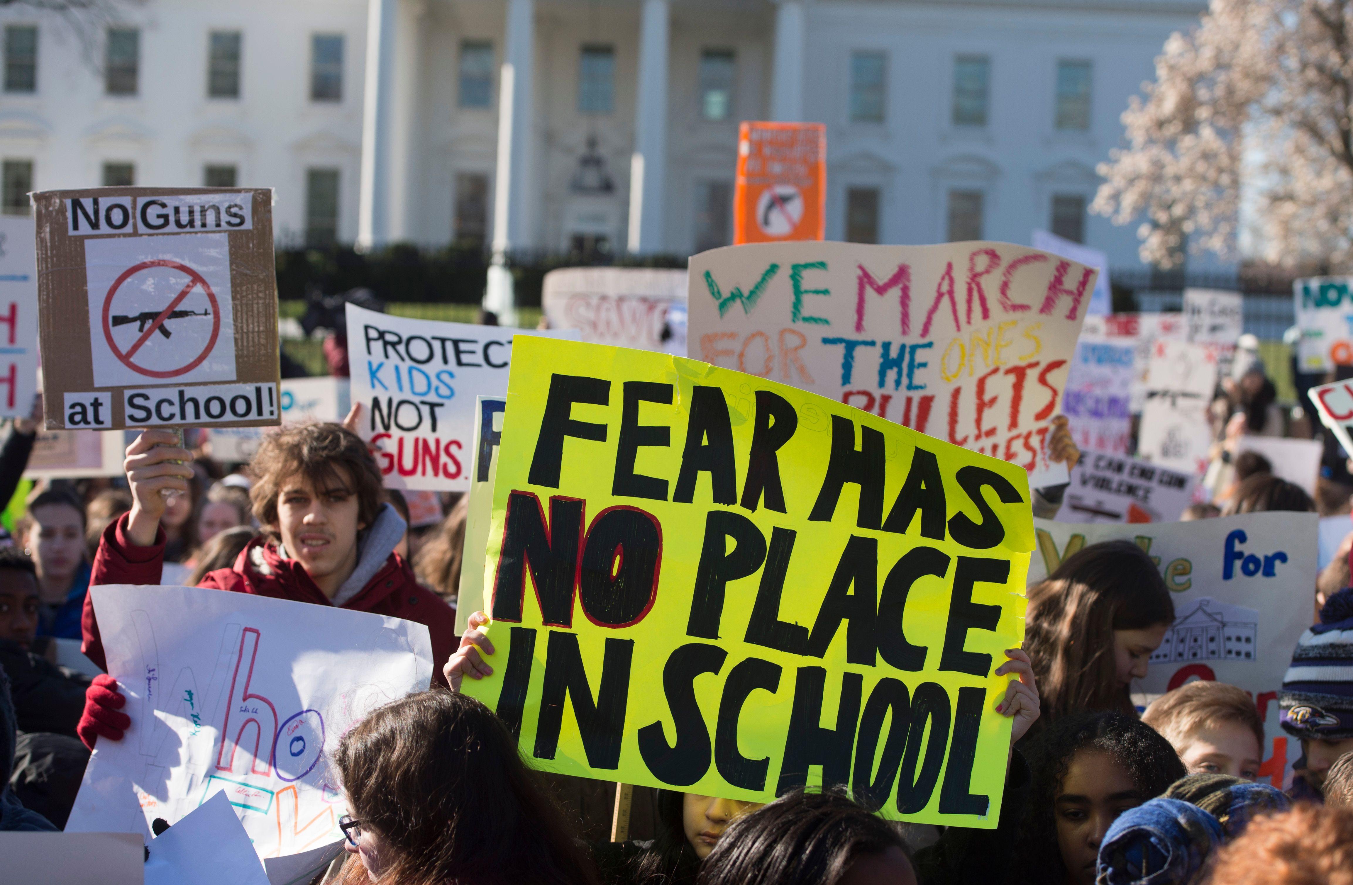 لافتات ضد اطلاق النار