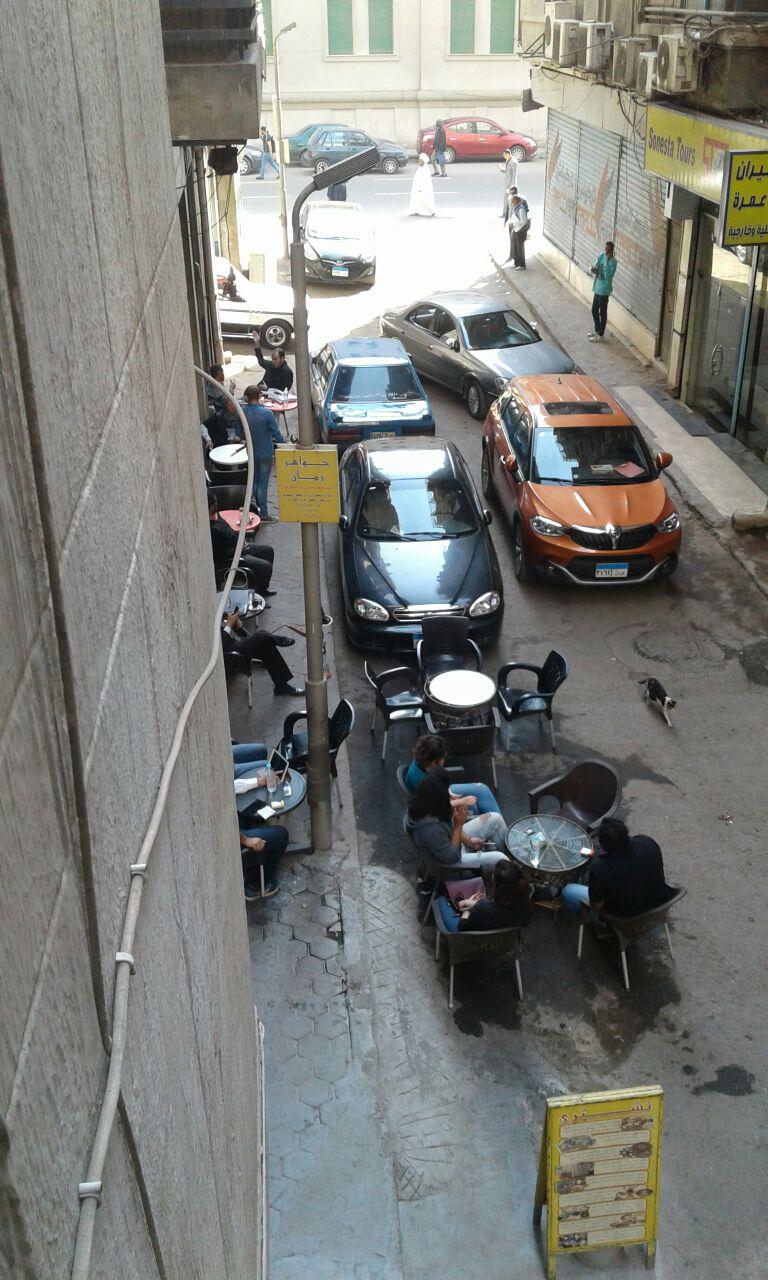 المقهى يتوسط الشارع
