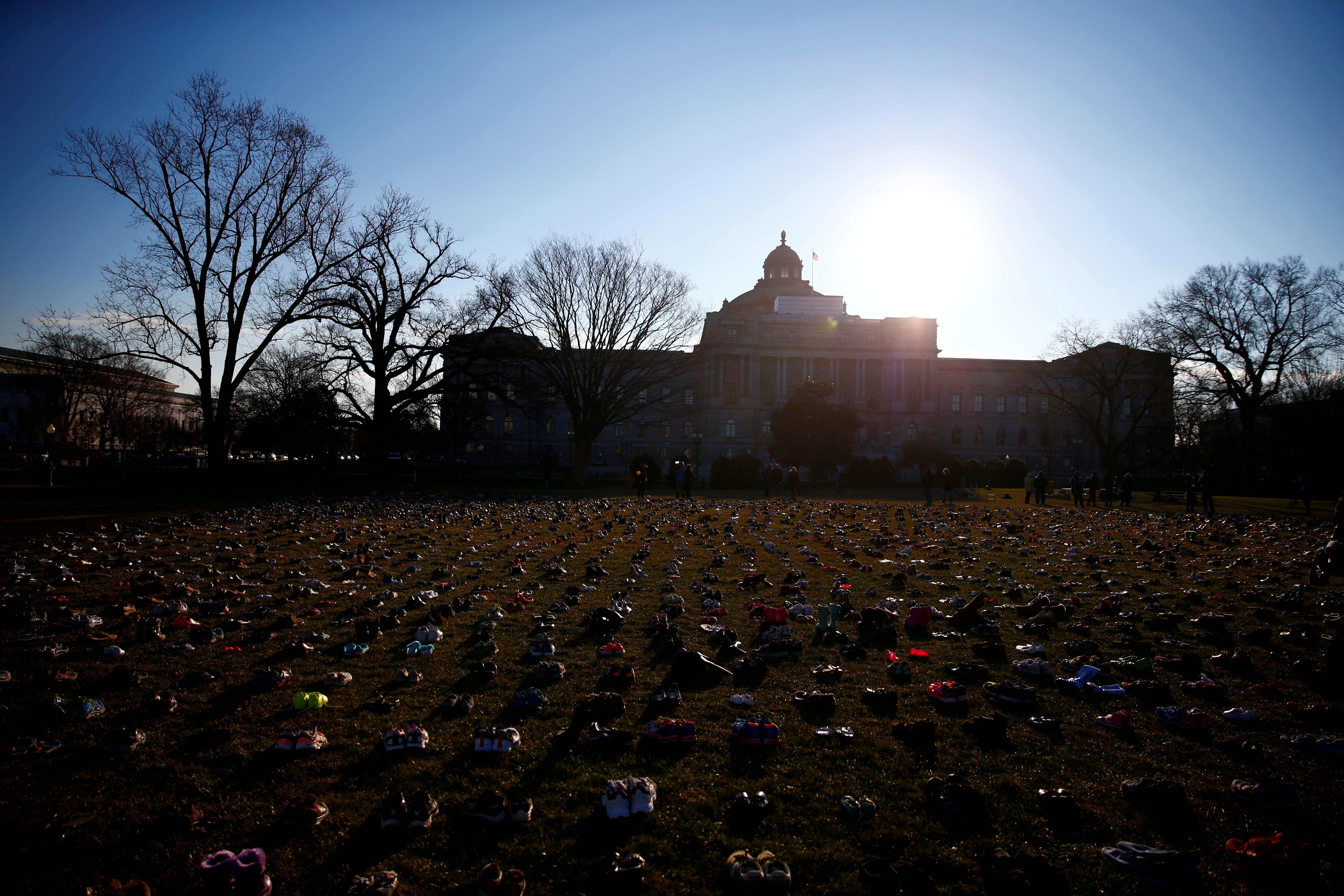 تثبيت 7000 حذاء على العشب أمام مبنى الكابيتول
