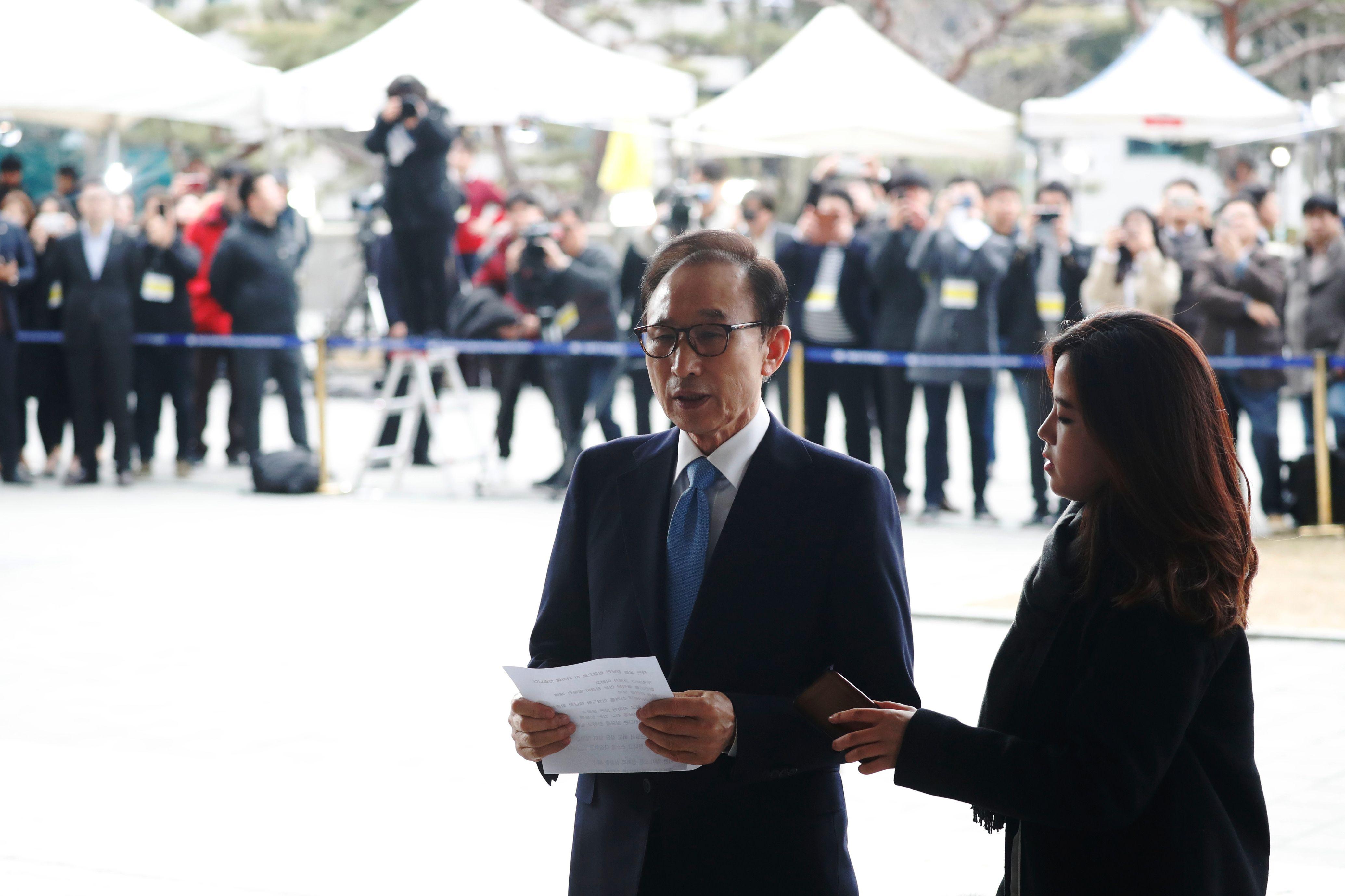 وسائل الإعلام تحيط برئيس كوريا الجنوبية السابق
