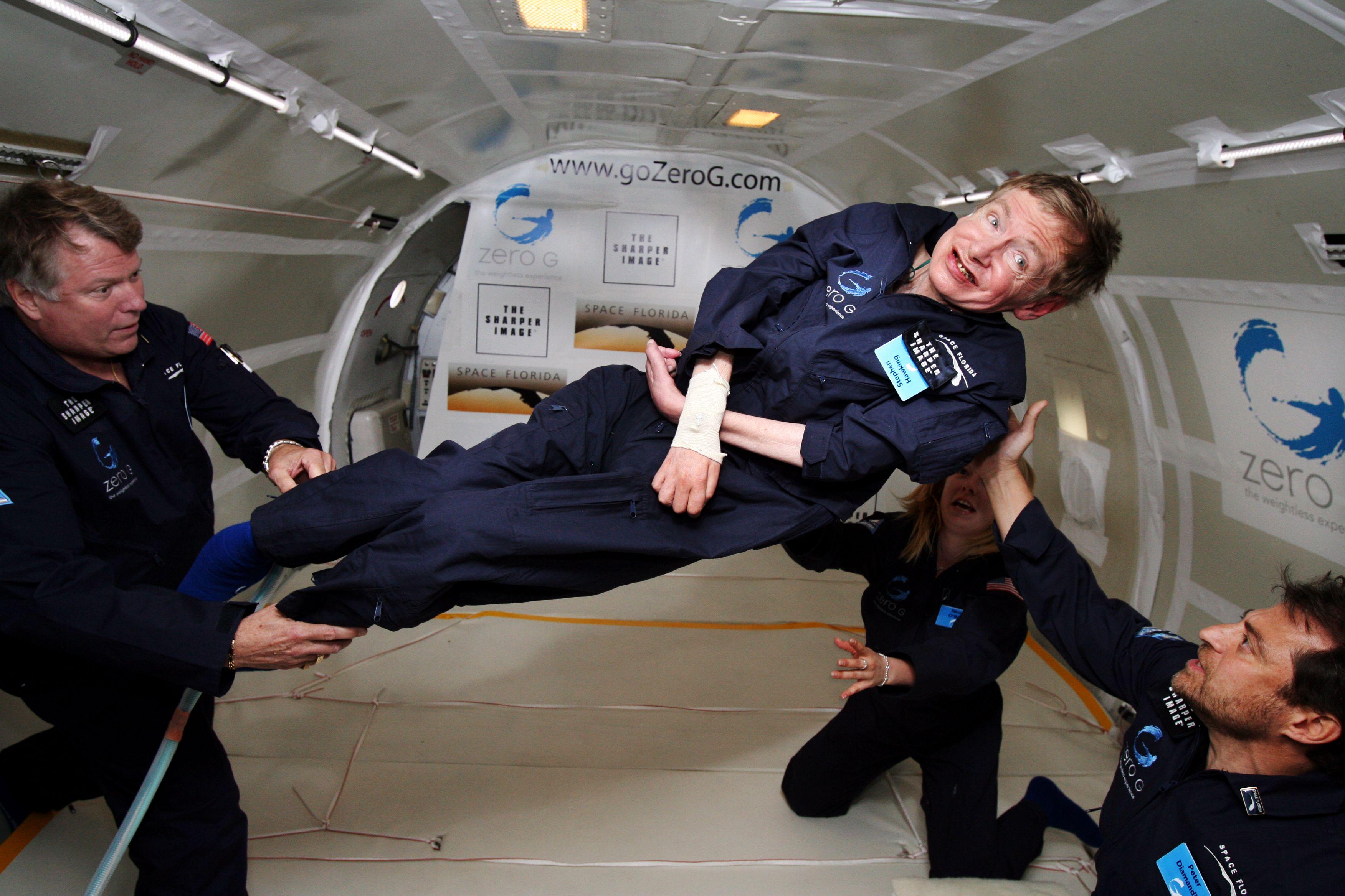 عالم الفيزياء البريطانى الشهير ستيفن هوكينج في رحلة فضاء