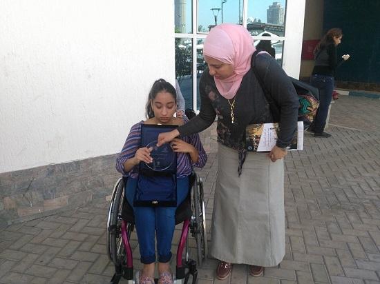 آية مع والدتها