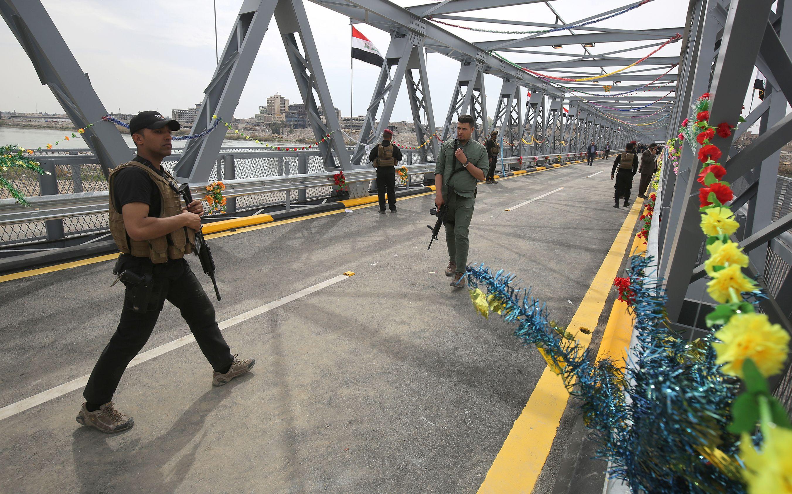 تزيين الجسر بالورود