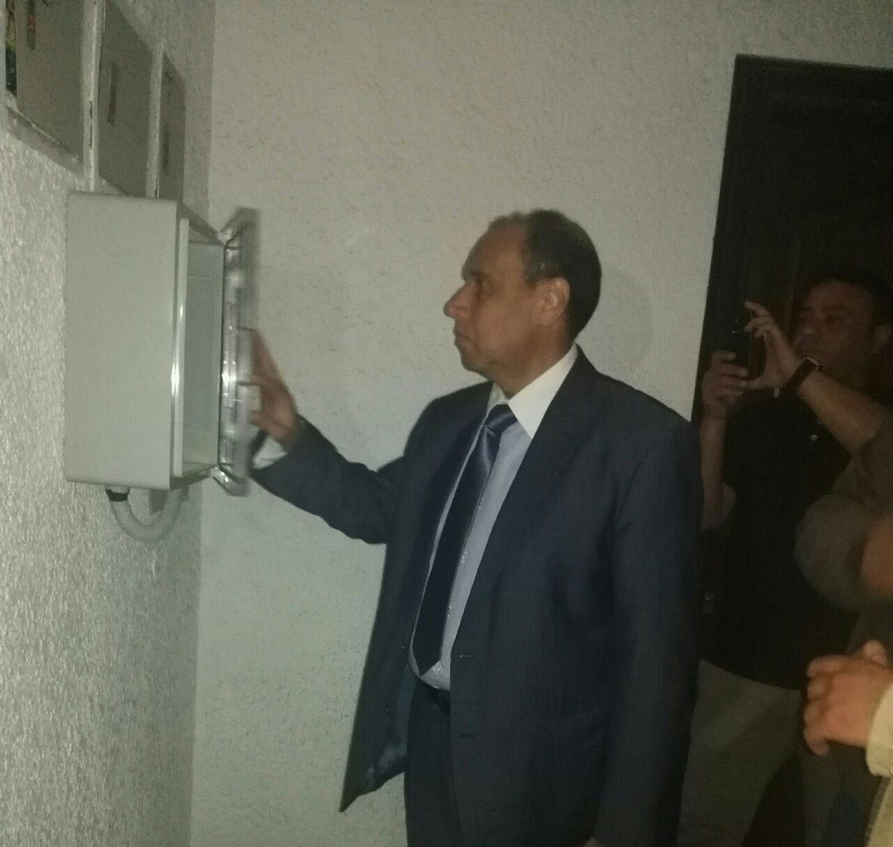 رئيس كهرباء شمال القاهرة يتفقد تركيب العدادات الذكية فى حى السفارات