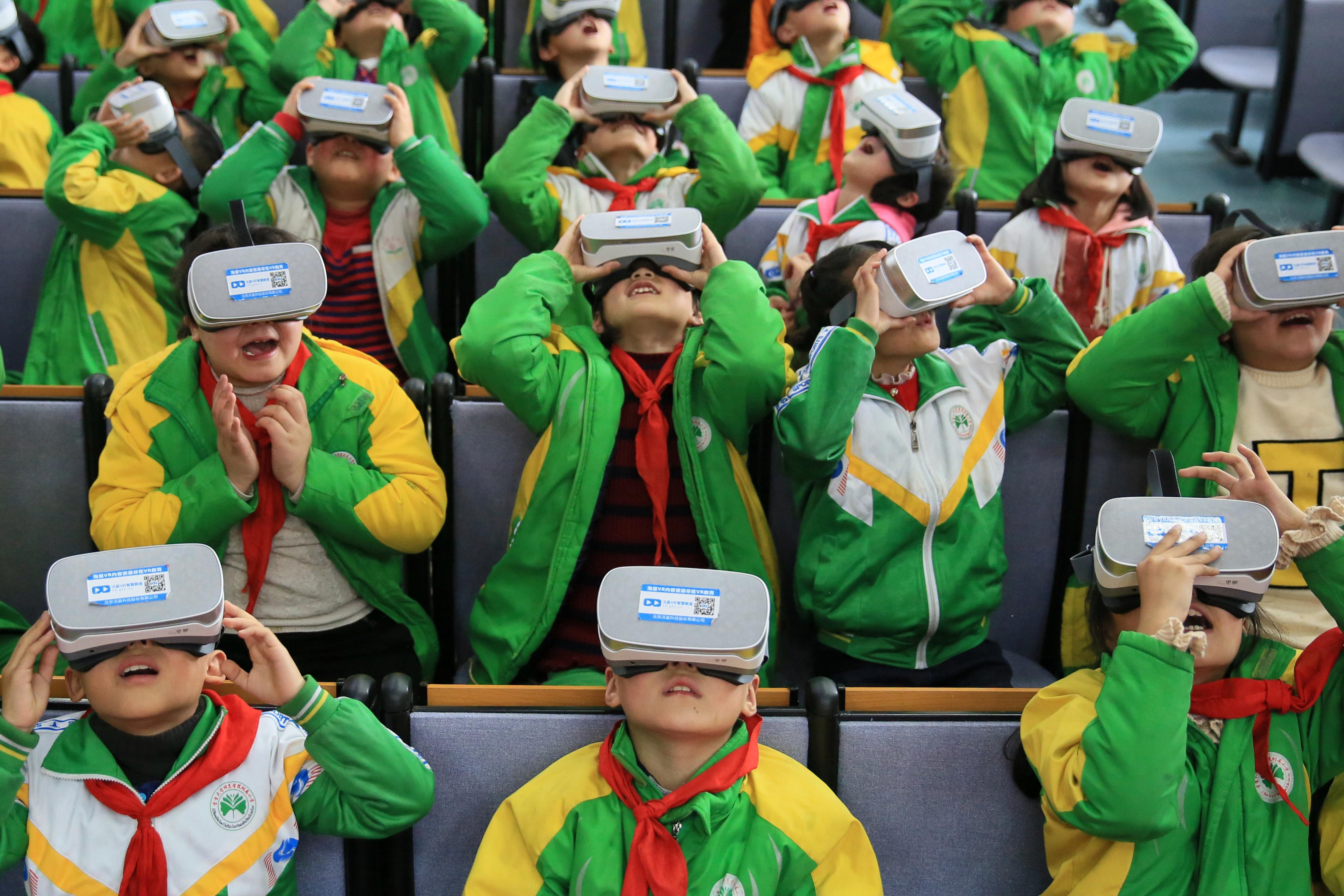 طلاب يستخدمون نظارات الواقع الافتراضى