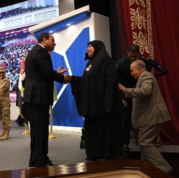 الرئيس السيسي يكرم أمهات وزوجات الشهداء فى الندوة التثقيفية للقوات المسلحة (11)