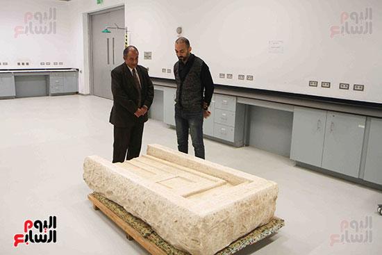 القطع-الأثرية-داخل-معمال-ترميم-المتحف-المصرى-الكبير-(6)