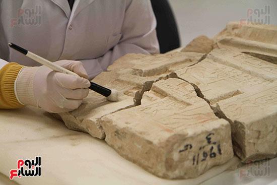 القطع-الأثرية-داخل-معمال-ترميم-المتحف-المصرى-الكبير-(5)