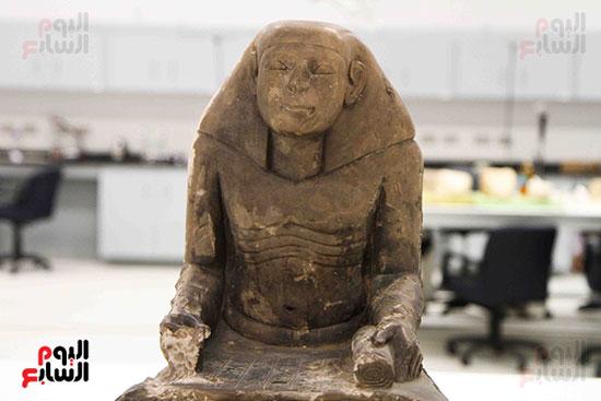 القطع-الأثرية-داخل-معمال-ترميم-المتحف-المصرى-الكبير-(13)