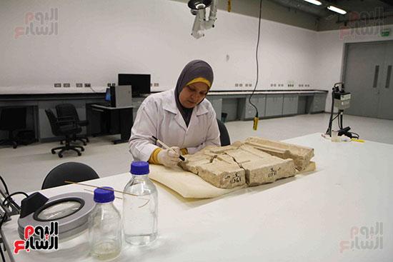 القطع-الأثرية-داخل-معمال-ترميم-المتحف-المصرى-الكبير-(3)