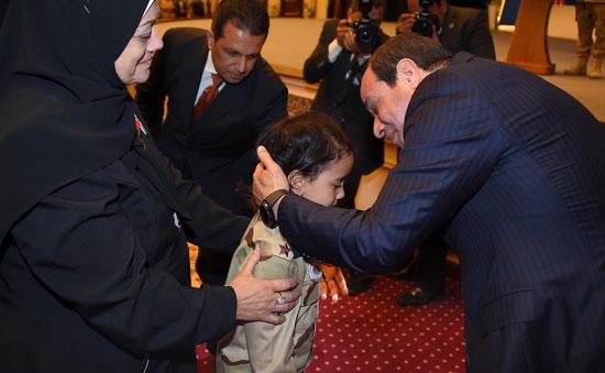 الرئيس السيسي يكرم أمهات وزجات الشهداء فى الندوة التثقيفية للقوات المسلحة (8)