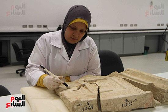 القطع-الأثرية-داخل-معمال-ترميم-المتحف-المصرى-الكبير-(4)
