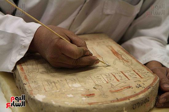 القطع-الأثرية-داخل-معمال-ترميم-المتحف-المصرى-الكبير-(2)