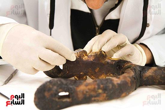 خلال-ترمميم-القطع-الأثرية-بالمتحف-المصرى-الكبير-(4)