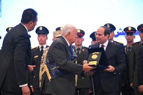 الرئيس السيسي يكرم أمهات وزوجات الشهداء فى الندوة التثقيفية للقوات المسلحة (4)