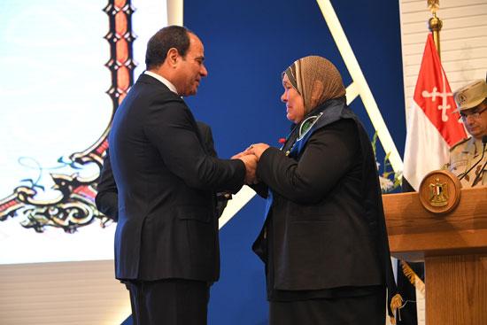 الرئيس السيسي يكرم أمهات وزوجات الشهداء فى الندوة التثقيفية للقوات المسلحة (2)