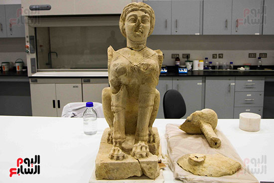 القطع-الأثرية-داخل-معمال-ترميم-المتحف-المصرى-الكبير-(14)
