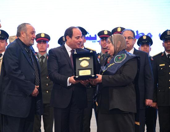 الرئيس السيسي يكرم أمهات وزوجات الشهداء فى الندوة التثقيفية للقوات المسلحة (3)