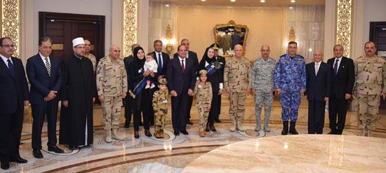 الرئيس السيسي يكرم أمهات وزجات الشهداء فى الندوة التثقيفية للقوات المسلحة (20)