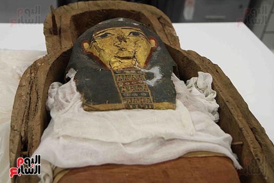 القطع-الأثرية-داخل-معمال-ترميم-المتحف-المصرى-الكبير-(7)
