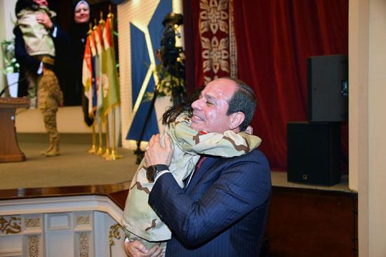 الرئيس السيسي يكرم أمهات وزجات الشهداء فى الندوة التثقيفية للقوات المسلحة (9)