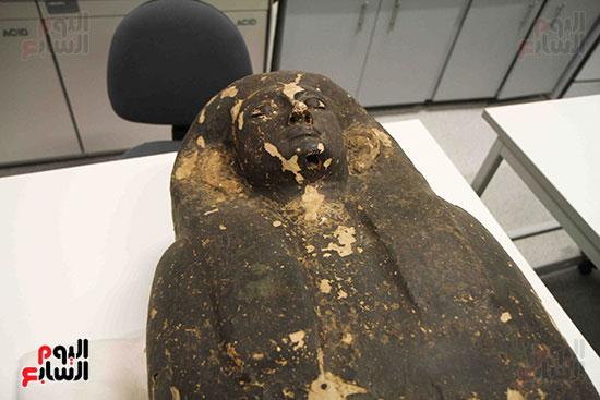 القطع-الأثرية-داخل-معمال-ترميم-المتحف-المصرى-الكبير-(8)