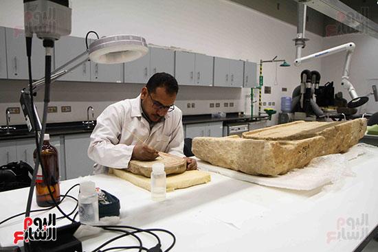 القطع-الأثرية-داخل-معمال-ترميم-المتحف-المصرى-الكبير-(1)