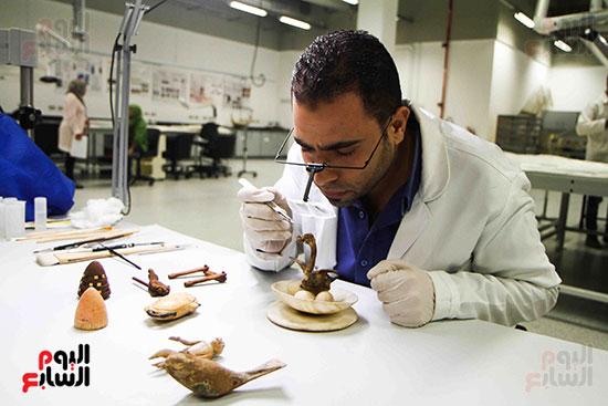 خلال-ترمميم-القطع-الأثرية-بالمتحف-المصرى-الكبير-(1)