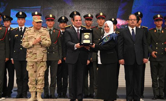 الرئيس السيسي يكرم أمهات وزوجات الشهداء فى الندوة التثقيفية للقوات المسلحة (9)