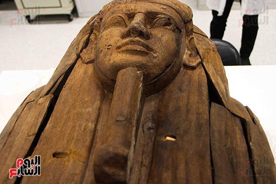 القطع-الأثرية-داخل-معمال-ترميم-المتحف-المصرى-الكبير-(11)